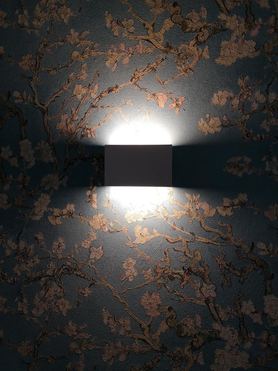 Es wurden von Fachfirmen spezielle Lichtkonzepte erstellt, alles wurde genau berechnet und angepasst. Selbstverständlich kommt nur energiesparende LED Technik zum Einsatz, die zudem noch von allen Schaltpunkten aus gedimmt werden kann, um für Sie die schönste Atmosphäre zu schaffen.