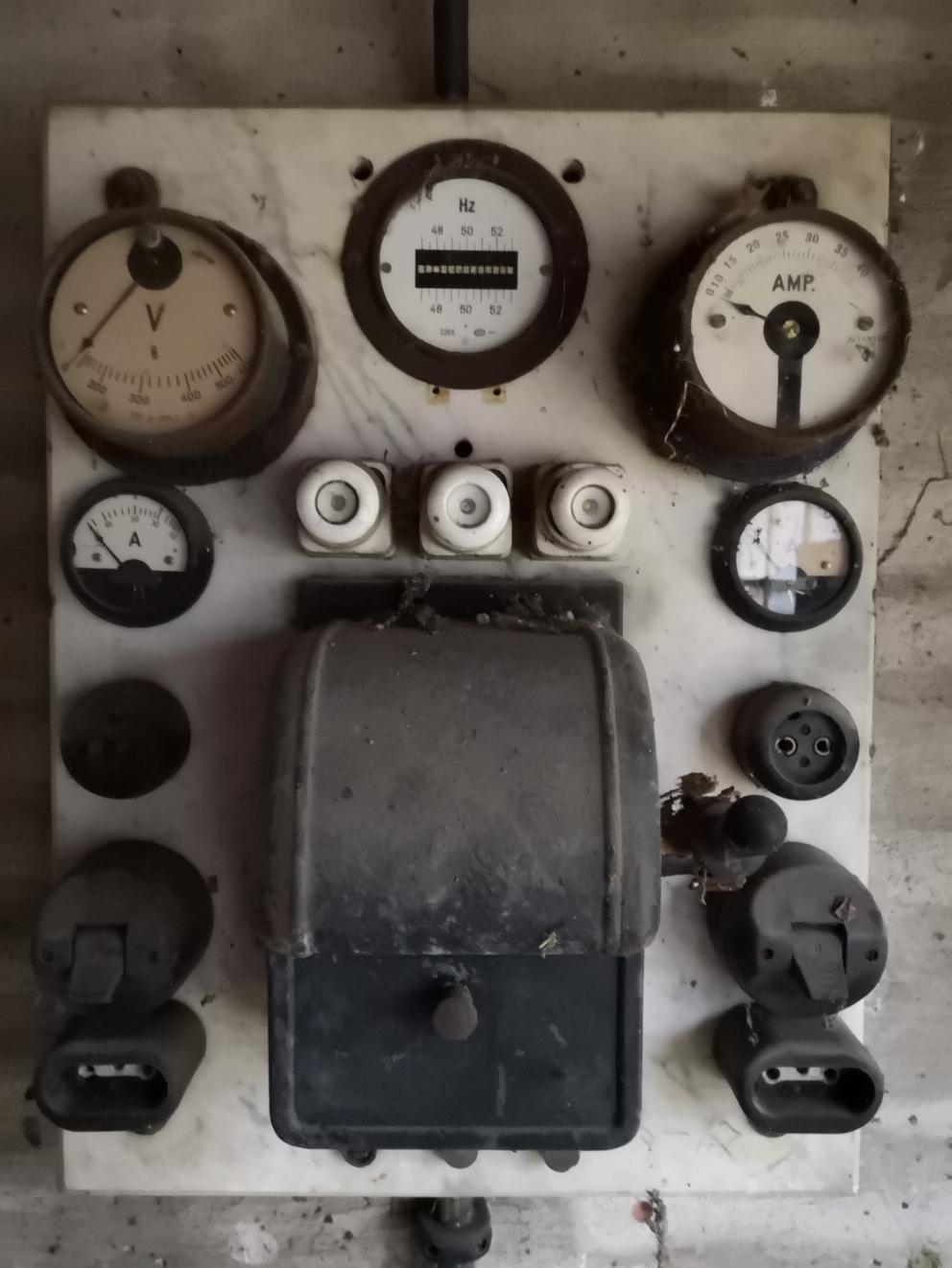 Keine Sorge, die Stromverteilung ist ziemlich neu - aber wer kann solche Instrumente schon sein eigen nennen!