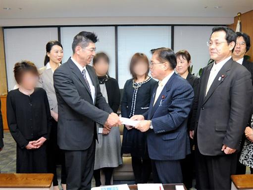 2013年3月 厚生労働副大臣への難病認定嘆願署名提出