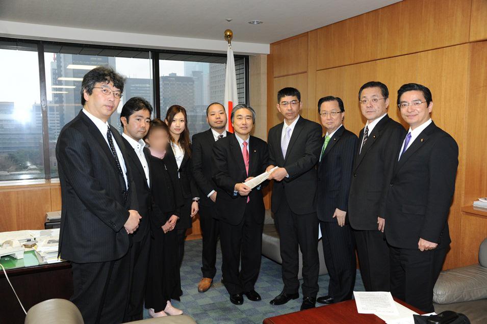 2012年3月 厚生労働省へ第3回難病認定嘆願署名約10万人分を提出(合計35万人)