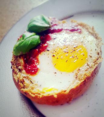 Ei im Brötchen mit Tomatenrelish