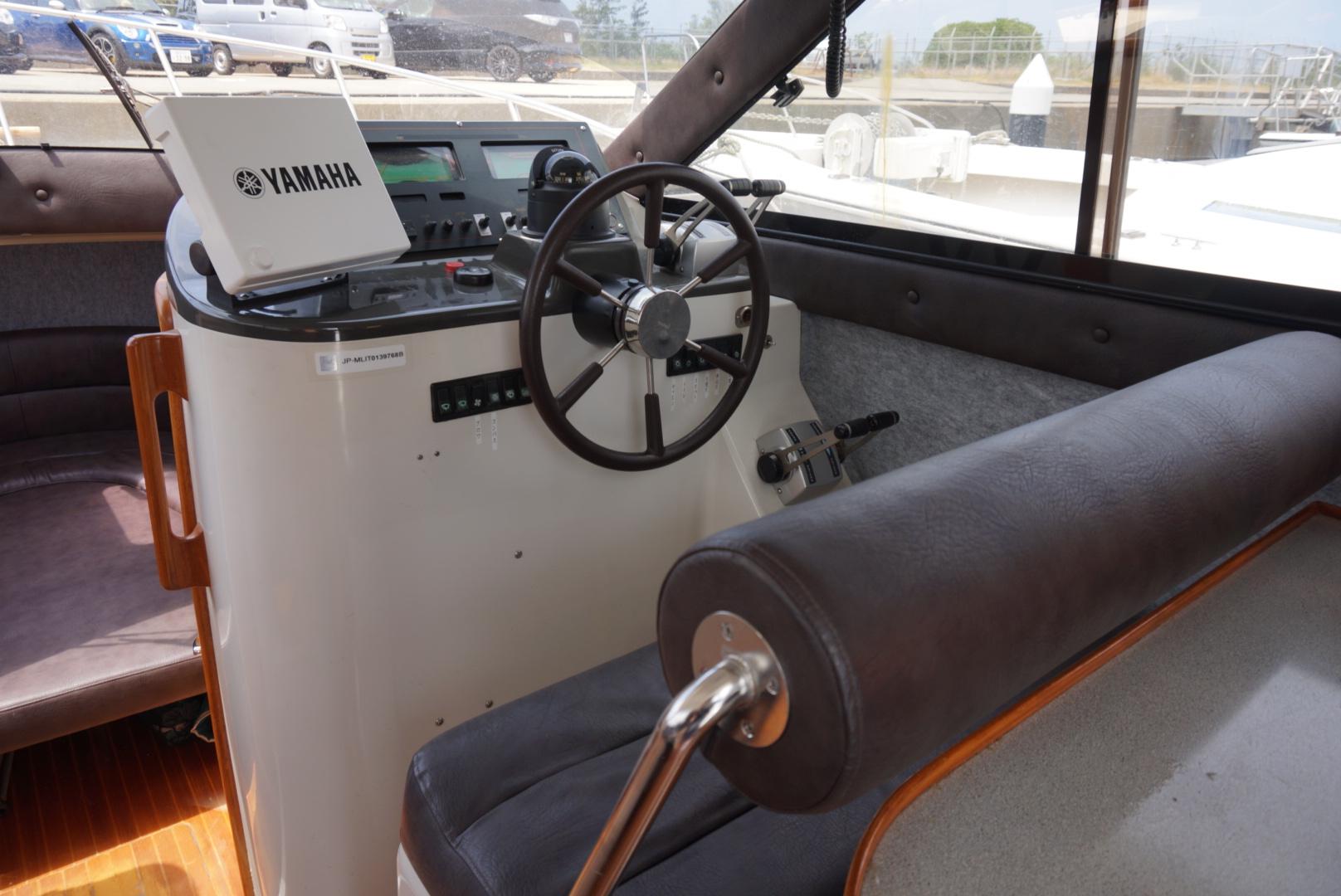 船の操舵席です