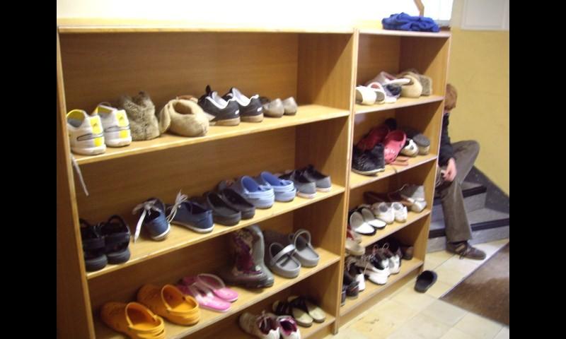 Draussen-Schuhe und Hausschuhe wechseln sich bei uns ab.