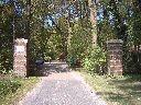 Die Einfahrt auf unser Gelände...und unser großes Waldgelände.