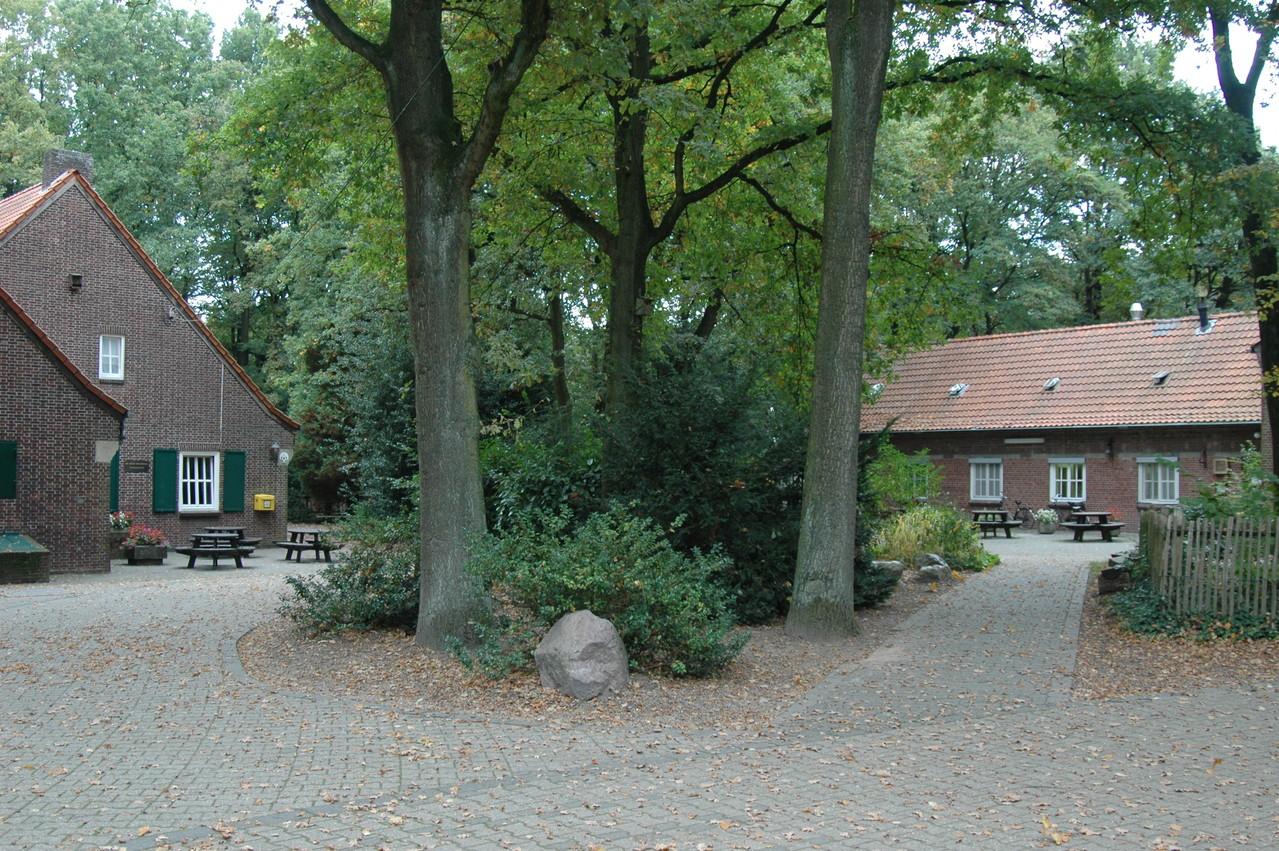 Zentraler Platz zwischen unseren vier Häusen - drei Gästehäuser und ein Küchenhaus.