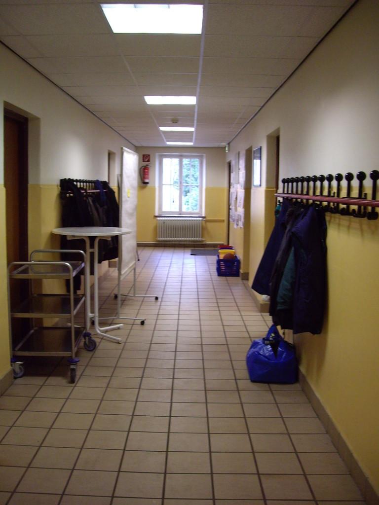 Flur im Erdgeschoss eines unserer Häuser mit Spülküche, Speieseraum und Aufenthaltsraum. Im Obergeschoss sind die Schlafräume und Bäder.