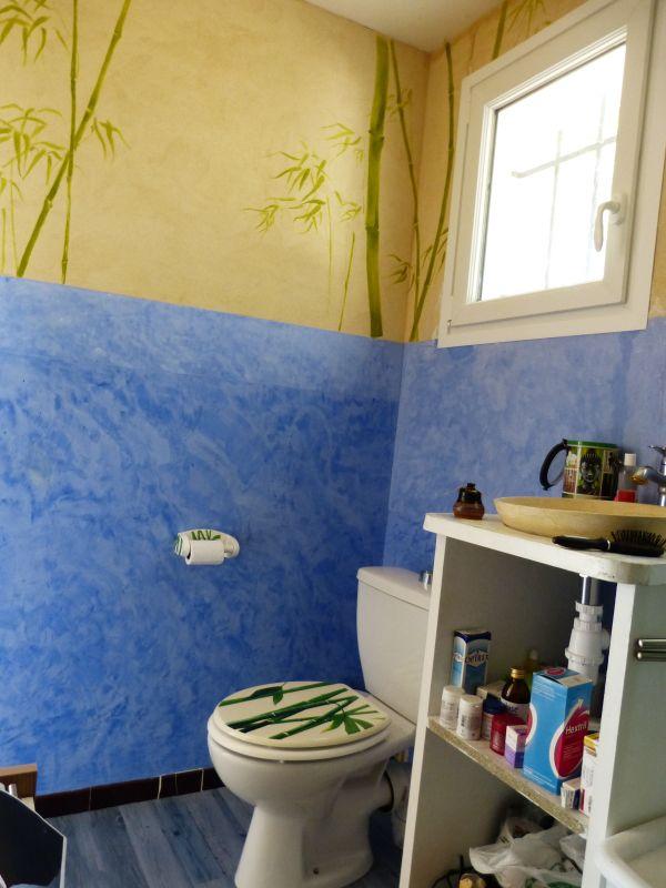 salle de bains stuc chaux bleu outremer sur carrelage et enduit mince chaux taloch
