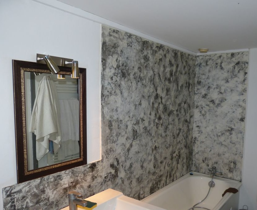 Salle de bains - Stuc sur carrelage, blanc, gris et noir