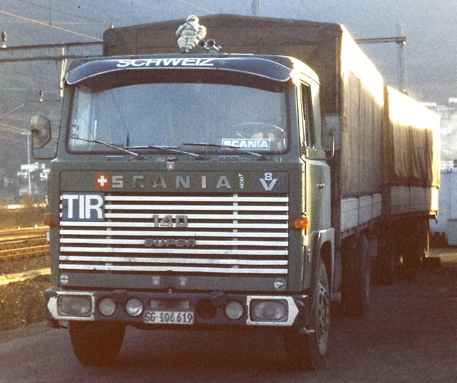 Scania 140 S mit Kögel 3 Achs Anhänger. Beim Hupac Verladebahnhof in Melide