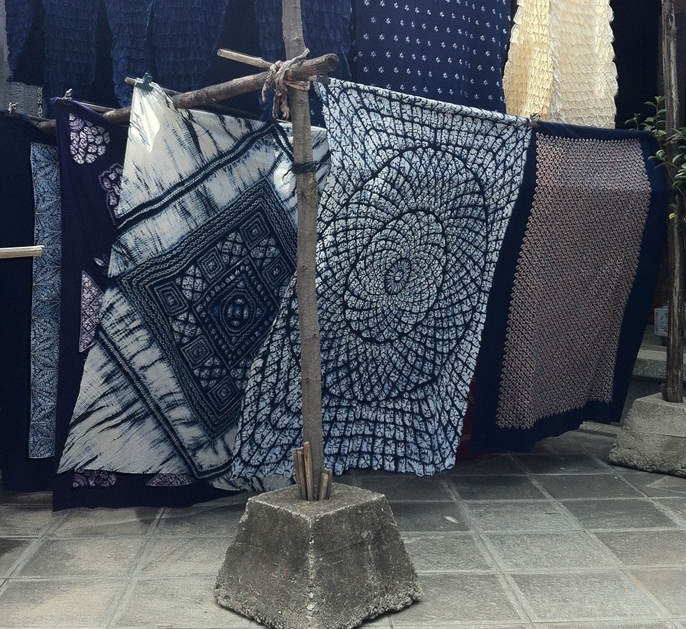 Batik Tücher in einem Familienhof