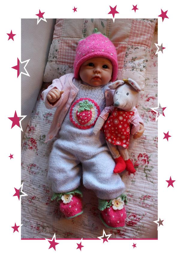 """Die Strickgarnitur """"Strawberry"""" wurde für die kleine Lina Svea gestrickt"""