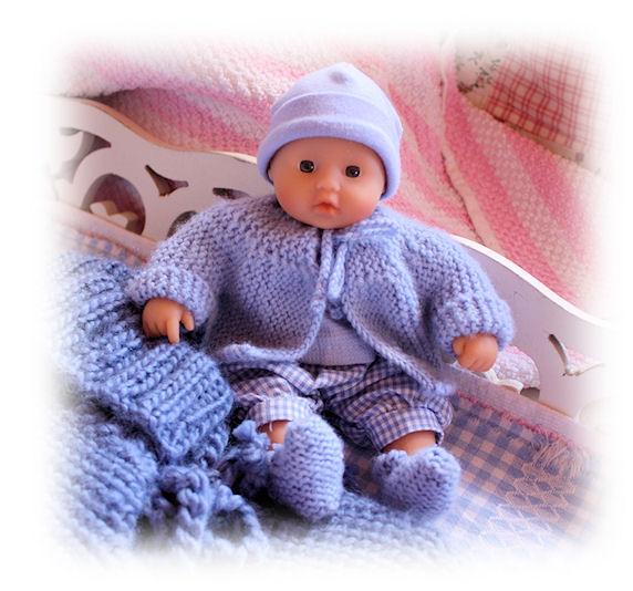 Gestrickte Puppenkleider für einen Winzling
