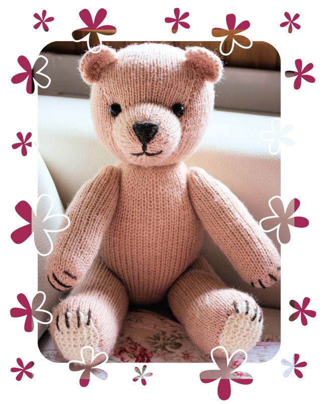 Dieser Teddy hat dann auch noch eine Latzhose aus Stoff und eine Strickjacke bekommen