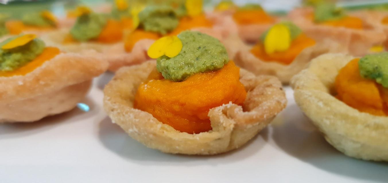 Mini Tartelletes mit Kürbispüree und Erbsen-Minzdip