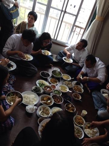 在日ミャンマー人宅で、ミャンマー人僧侶に食事をふるまい寄進したあと、在家のみなが食事する様子
