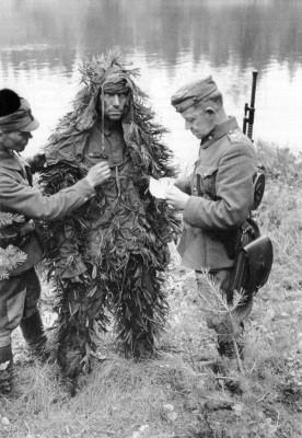 Финский майор Марти Ахо допрашивает замаскированного советского бойца у п. Эссойла на берегу о. Сямозеро Пряжинского района.