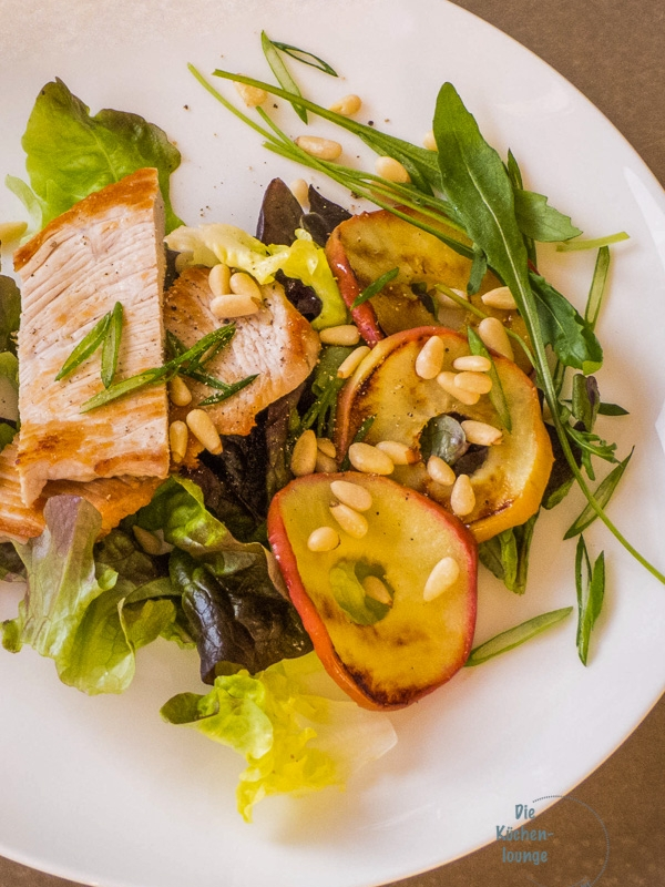 Low-Carb Salat mit Pute und gegrilltem Apfel