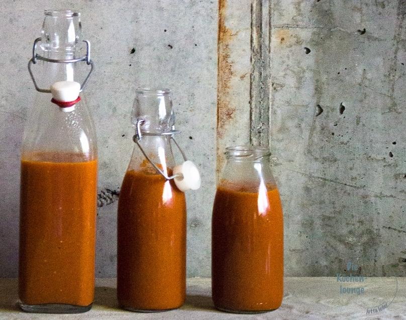 Rhabarber-Ketchup in Flaschen