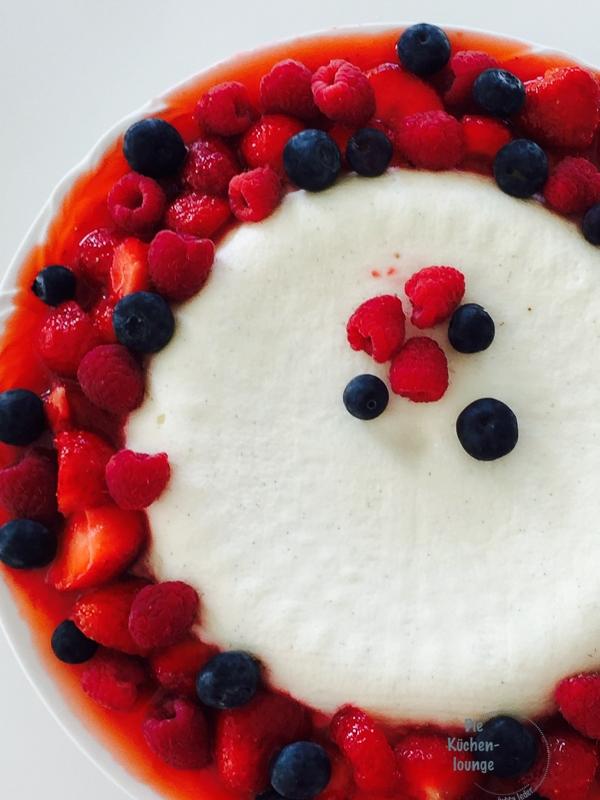Rezept für Joghurt-Bombe mit Beerenfrüchten. Gut zum vorbereiten für deine nächste Gartenparty