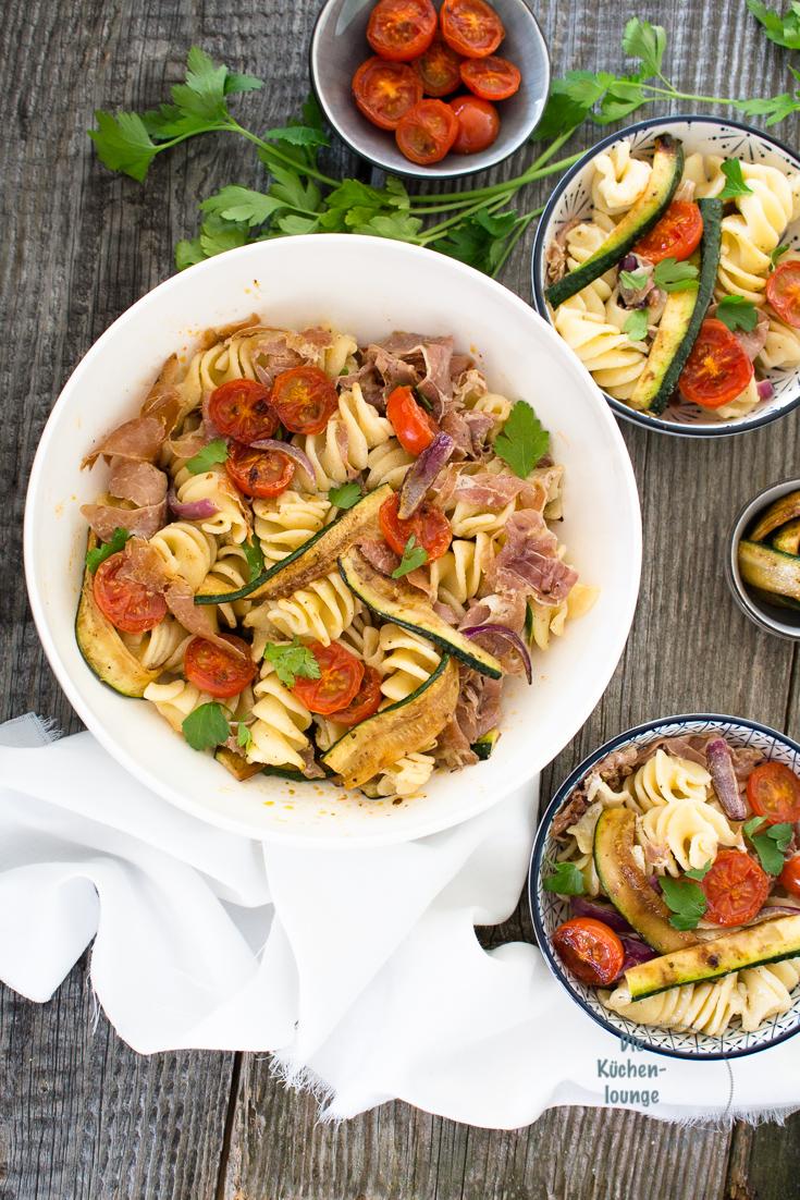 Mediterraner Nudelsalat mit gebratenen Zucchini