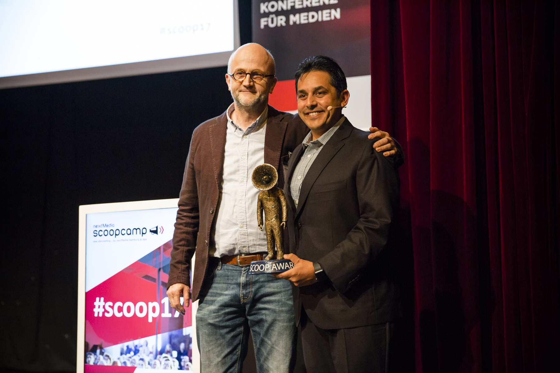 Übergabe scoop Award Meinof Ellers (dpa) & Jigar Mehta (Fusion Media)