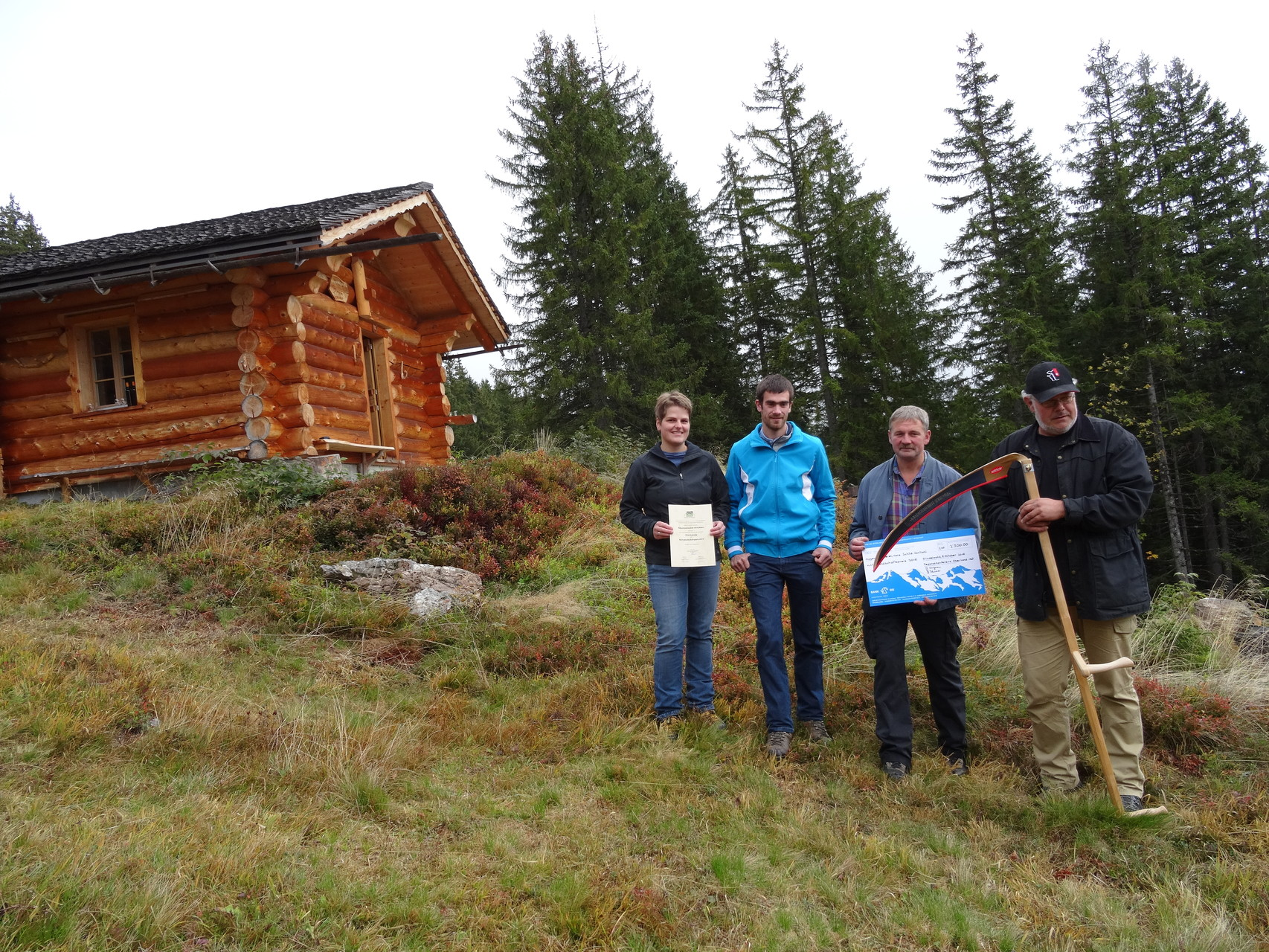 Für die Alpgenossenschaft Oltscheren nahmen Marianne Graf, Sekretär und Älpler Peter Stähli, Kassierer Ueli Abplanalp und Präsident Hans Schild-Santschi (vlnr) den Preis entgegen.