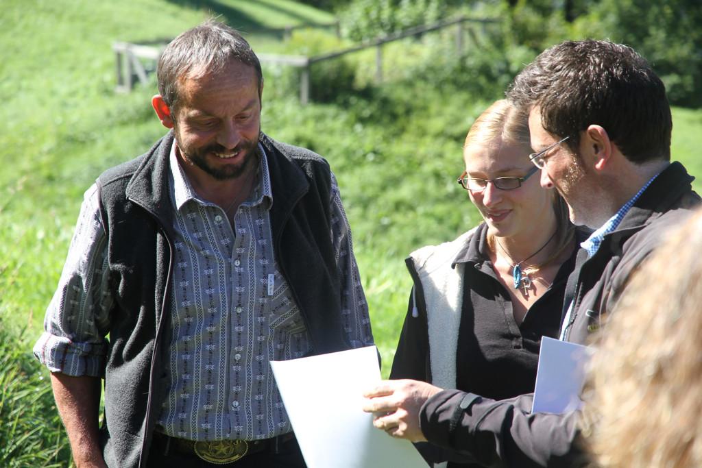 Stefan Otz vom TOI übergibt den Check (Foto: jungfrauzeitung.ch/Irene Thali)