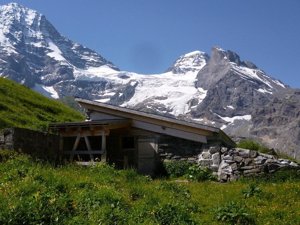 Stall vor Berggipfeln