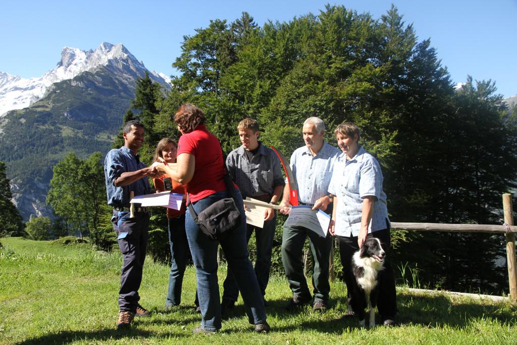 Ursula Mühlemann von Jungfrau Region Marketing AG übergibt den Check (Foto: jungfrauzeitung.ch/Irene Thali)