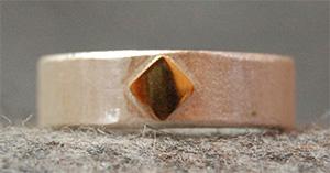 Ein Ring voller Spannungen, poliertes 750 Gelbgold trifft mattiertes 925 Silber, Quadrat begegnet Rund, von innen abgerundet von außen gerade. Definitiv ein unisex Ring.