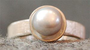 Klassischer Perlring neu interpretiert, die Süßwasserzuchtperle ist grau und der 925 Silberring ist sehr gradlinig im Design.