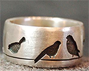 Unterstreichen Sie Ihre Persönlichkeit durch diesen individualisierbaren Ring - aus 925 Silber mit ihrem Wunschmotiv.  Hier sind es beispielsweise Vögel auf einer Oberleitung. Sie werden von hinten mit Silber hinterlegt und geschwärzt.