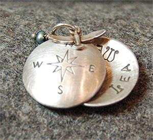 925 Silber- Text und Motiv nach Wunsch, die Farbe der Perle ebenfalls nach Wunsch, auch kann ich statt Silber Gold verwende. Ein wirklich individuelles Stück für jede Gelegenheit. Ich stempel jedes Motiv von Hand und schwärze die Linien.