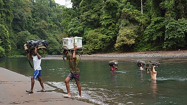 Transport der Ausrüstung für den Dreh auf Bioko © Gulo Film/Doclights
