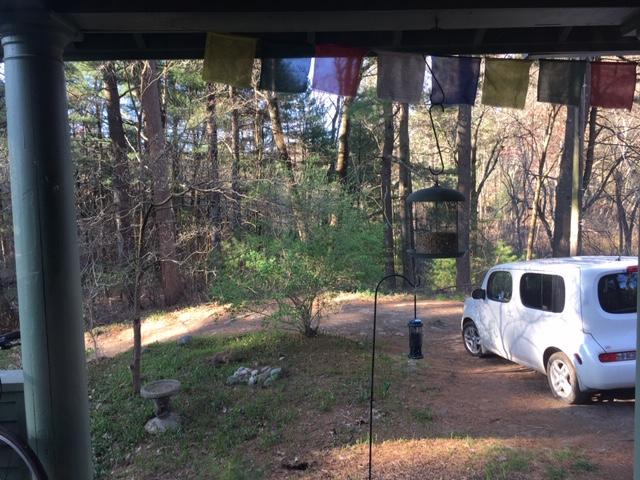 Blick auf Auto geparkt auf einem Weg in der Natur
