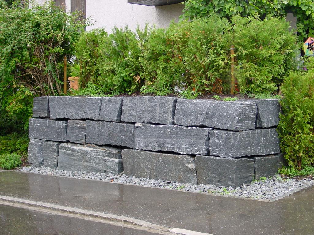 Granit Blocksteinmauer,Eberhard_Gartenbau_Kloten
