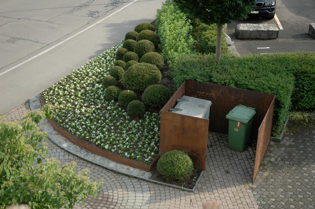 Containereinfassung aus Stahlwänden, Eberhard Gartenbau AG