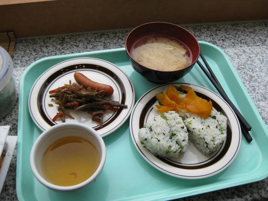 Reisklöse und Miso-Suppe