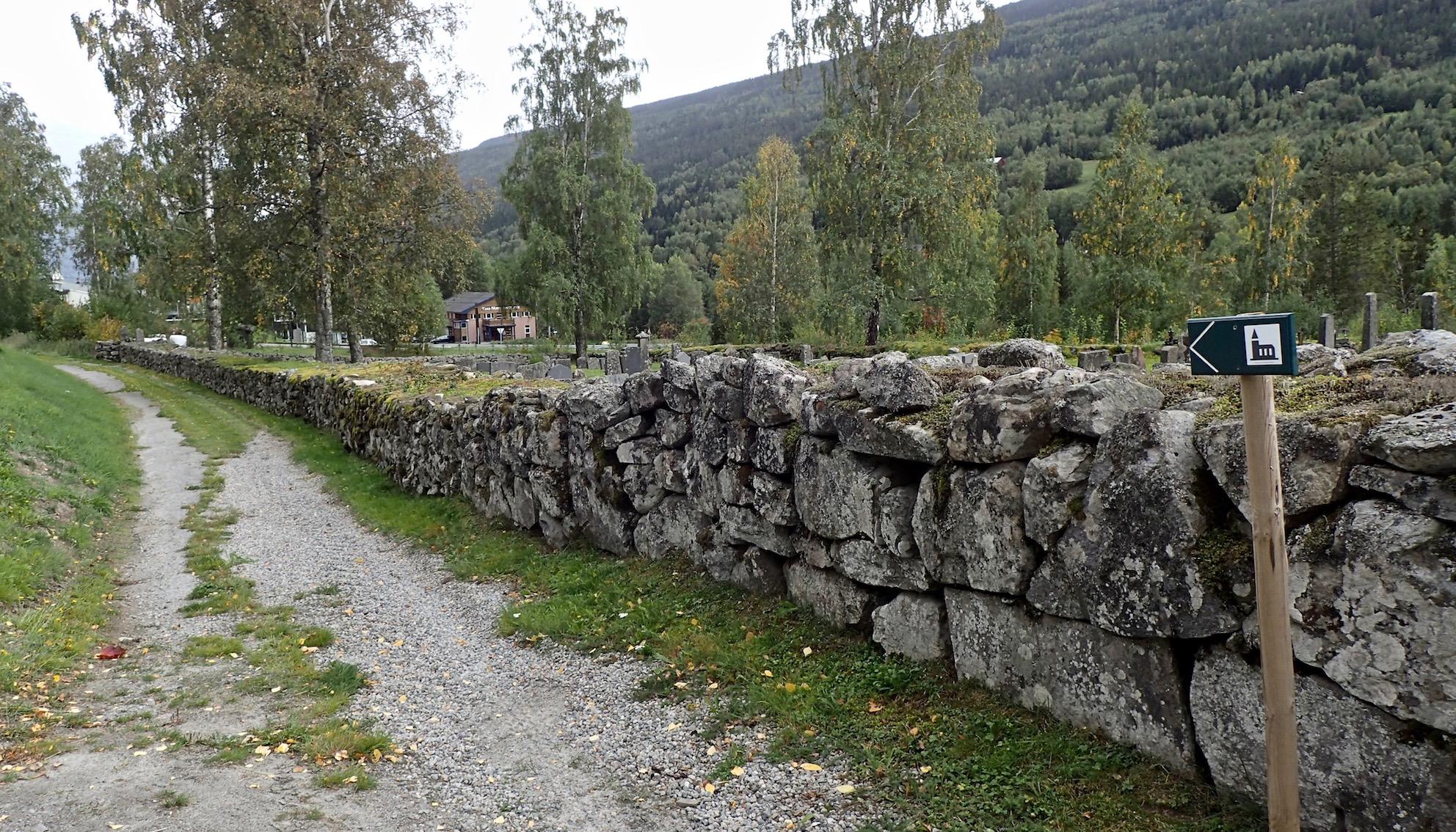 Pfad entlang der Kirchenmauer in Atrå