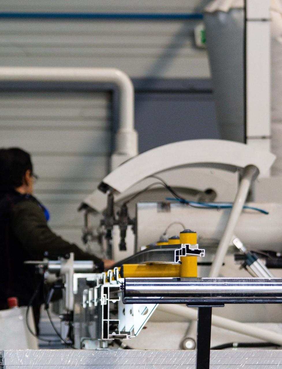Menco - Atelier de fabrication de Folelli - Centre d'usinages pour profilés aluminium et PVC