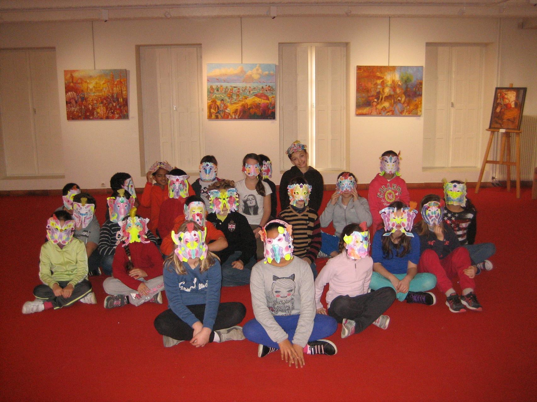 Les enfants ont fabriqué leurs masques dans l'atelier du musée. Ils posent beaucoup de questions avisées au peintre. Ecole Moustier.