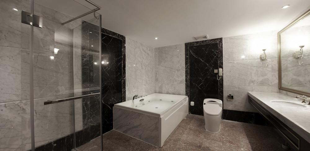 Salle de bain, revêtement mural en marbre de Carare