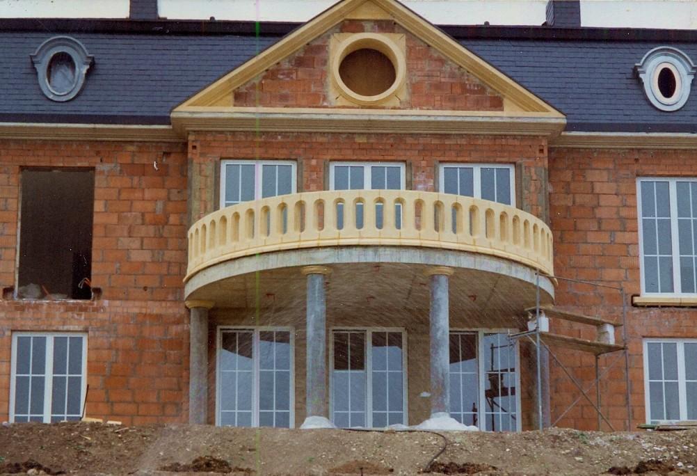 Balustrade et fronton en pierre de taille. Maison de maître à Oberanven