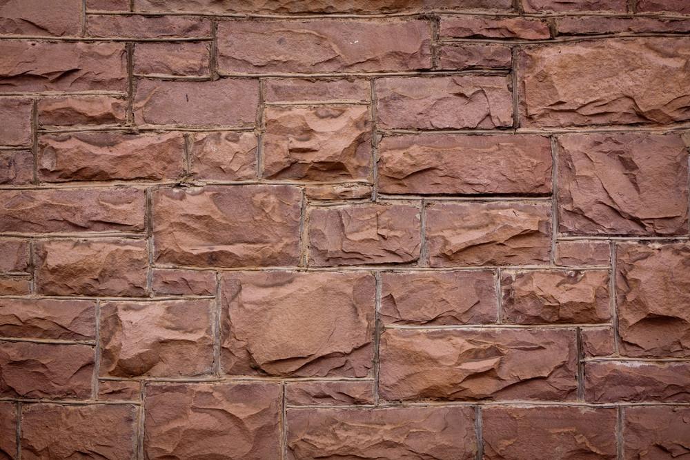 Mur et moellons en grès rouge