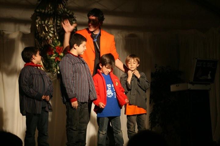 Actuación de un mago en una merienda infantil