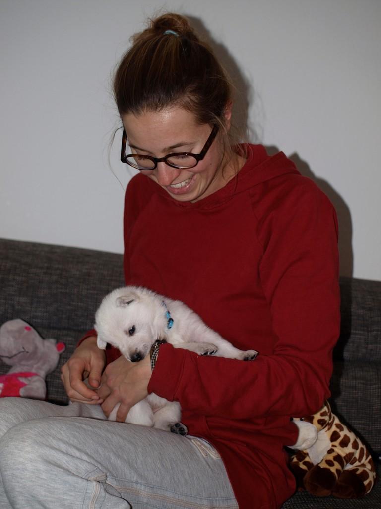 Fräulein Hippo testet ihre Zähnchen an Lena