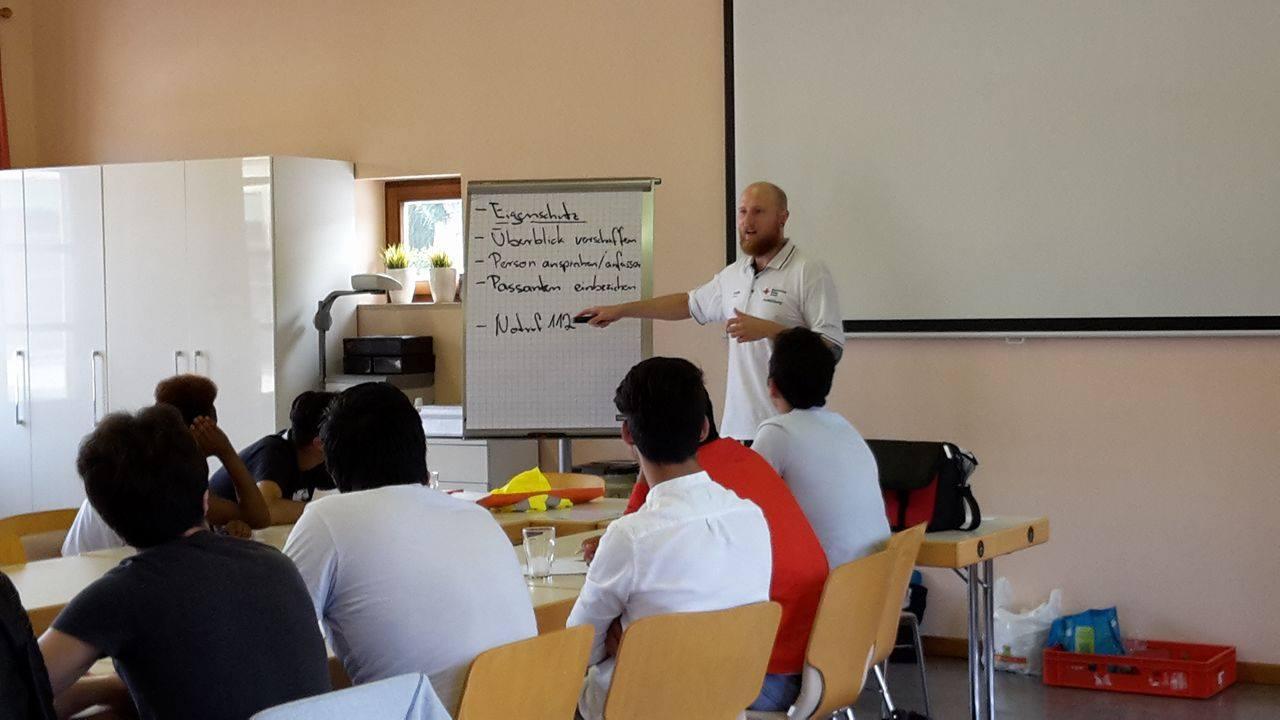 L'instructeur André Schiersch expliquant certaines bases du cours…