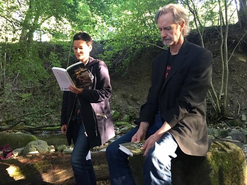 """Marie Musy et Ron Rash au bord du Flon à Oron. Lecture d'un passage de """"Par le vent pleuré"""""""