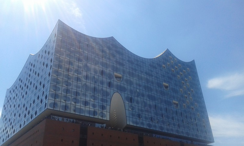 """Blick auf Hamburgs neues Wahrzeichen, die Elbphilharmonie, liebevoll auch """"Elphi"""" genannt"""