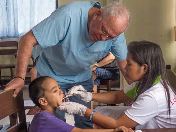 Dr. Klaus de Cassan bei der praktischen Unterweisung für Volunteers. Der federführende Leiter des HDZ-Projekts bereiste im März die Philippinen.